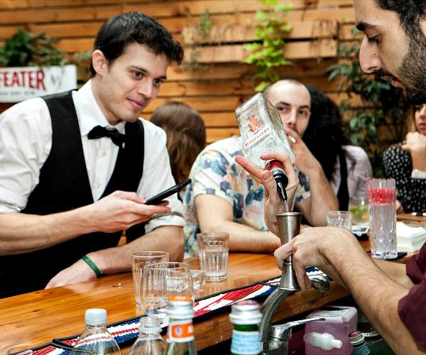 Ένα gin πριν την έναρξη του διαγωνισμού. Δύο από τους φιναλίστ, Omri Blutstein και Ben Sheridan